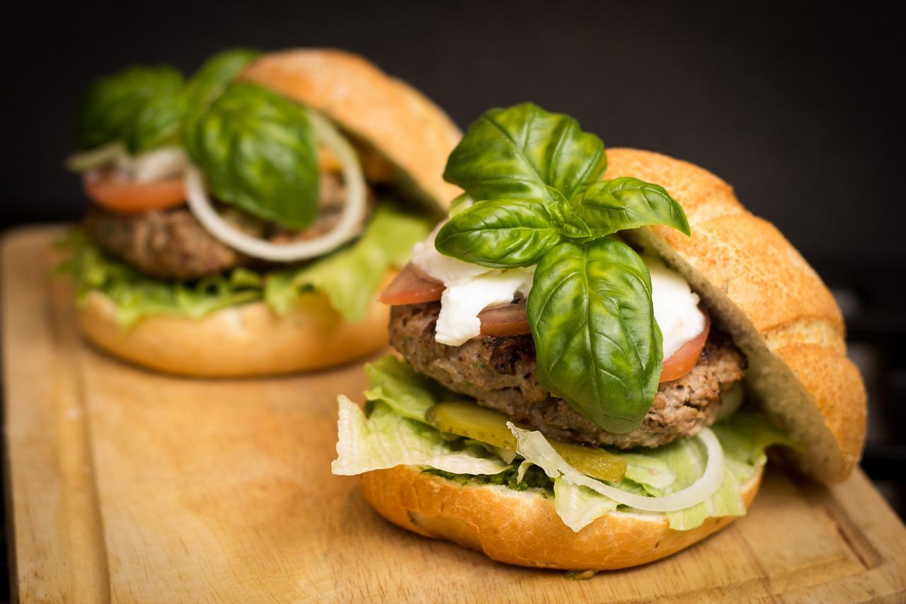 המבורגר עם ירק וגבינה