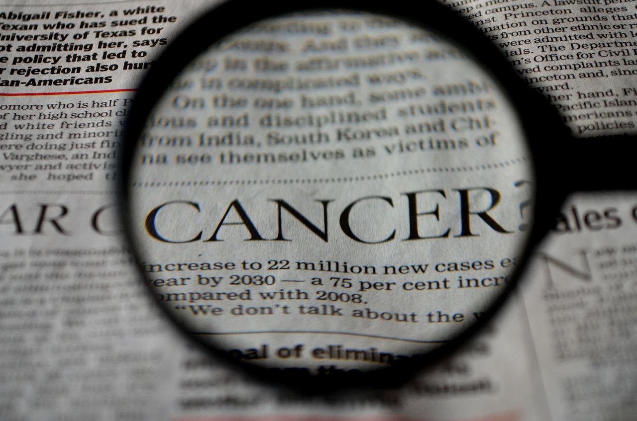 סרטן מוגדל עם זכוכית מגדלת