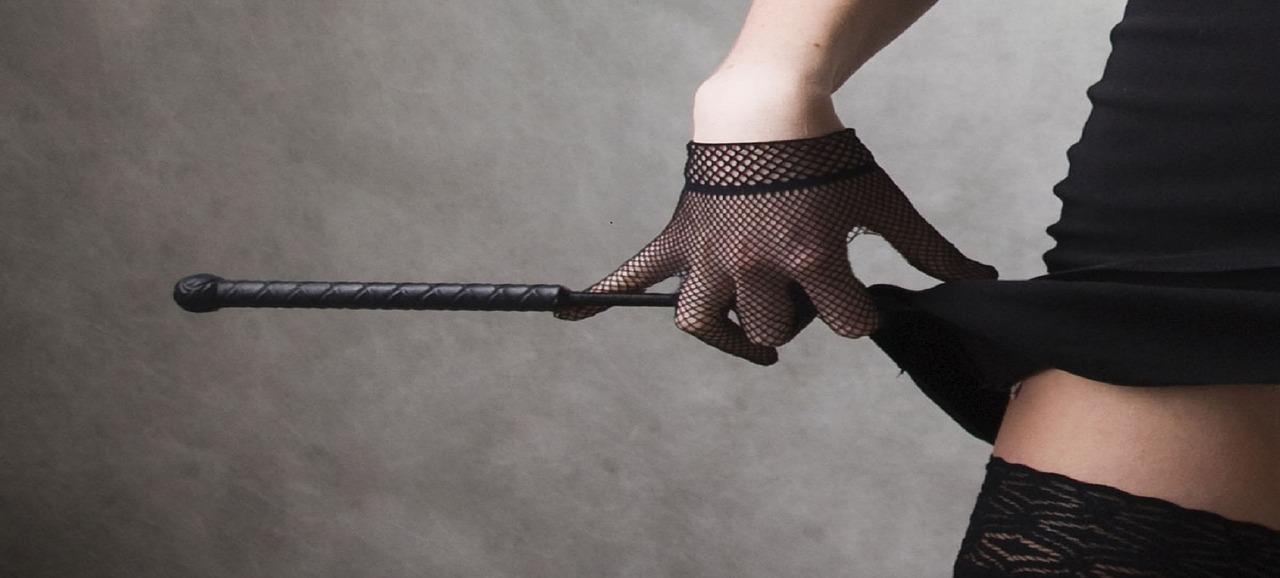 אישה מחזיקה שוט